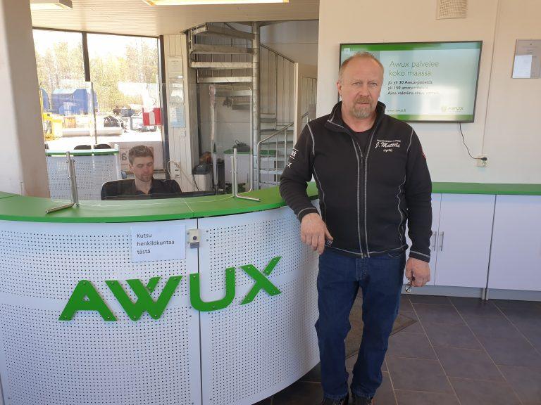Yrittäjä Jyrki Mattilan työpäivä starttaa aamulla aluksi kolarikorjaamon työn vastaanotossa.